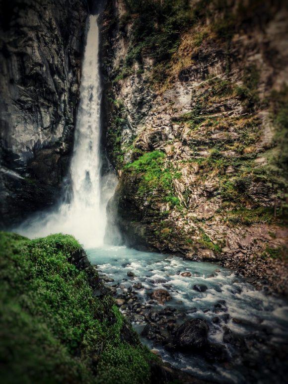 Cosa ci cela dietro la cascata di Arlaz?